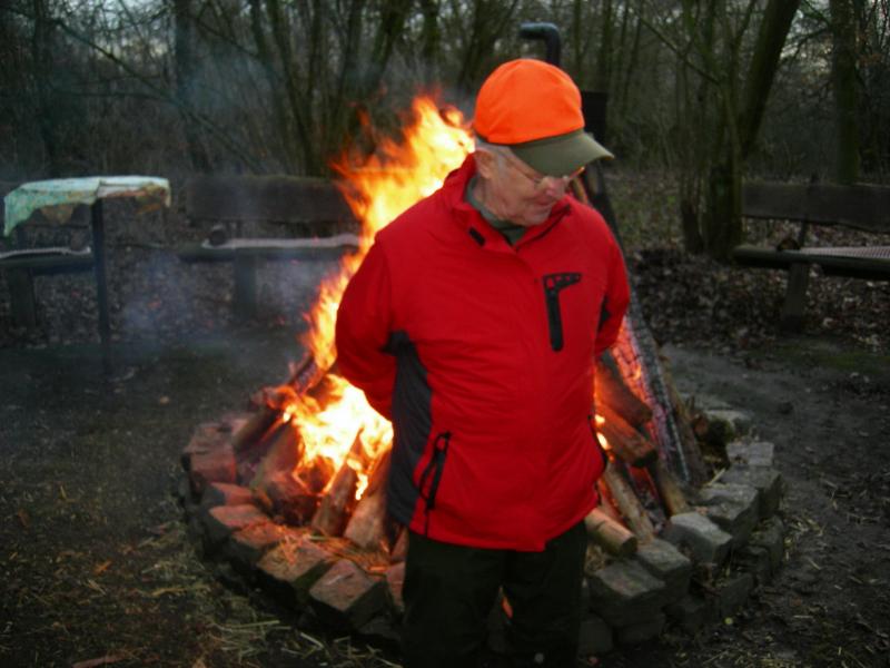 trebjagd-in-ahsen-oetzen-aufwaermen-am-lagerfeuer-hhw_bildg