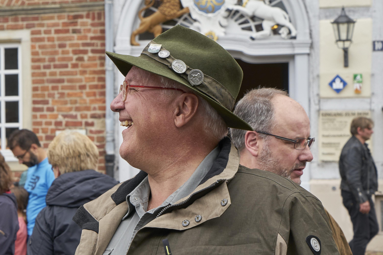 Jäger, Bläser und Jagdhundeführer in der Stallgasse in Verden ...